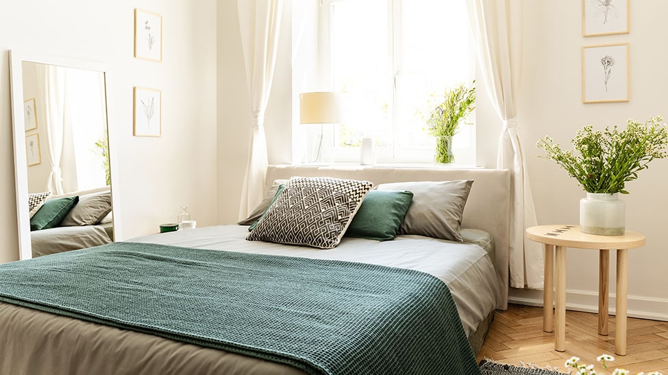 Grüne Tagesdecke auf Bett in Schlafzimmer
