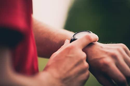 Mann kontrolliert Blutdruck an Smartwatch