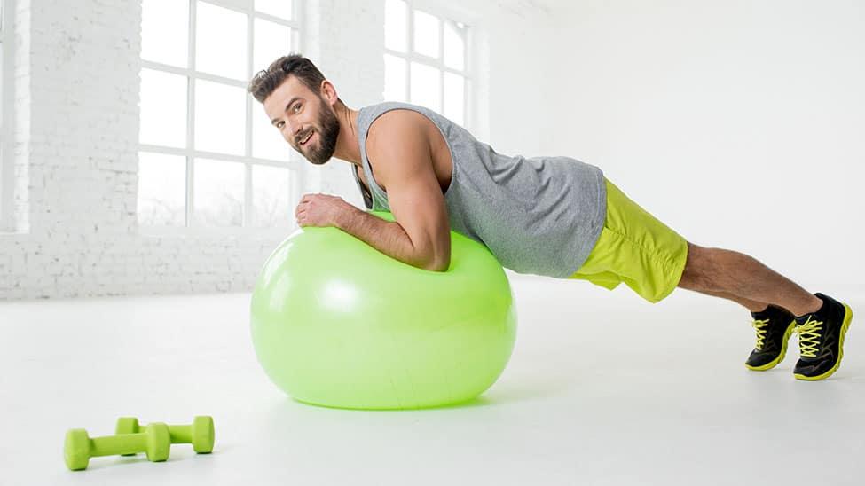 Mann trainiert mit Gymnastikball