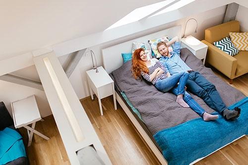 Paar schläft in Gästebett