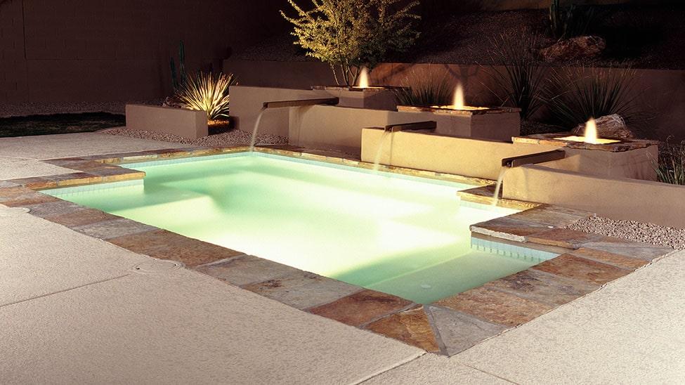 Pool mit Solarheizung bei Nacht