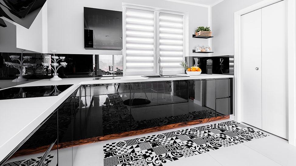 Schwarz-weiße Küche mit Schmutzfangmatte