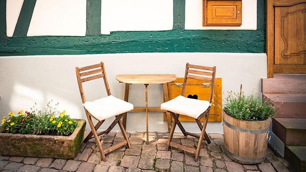 Sitzkissen auf Stühlen auf Terrasse