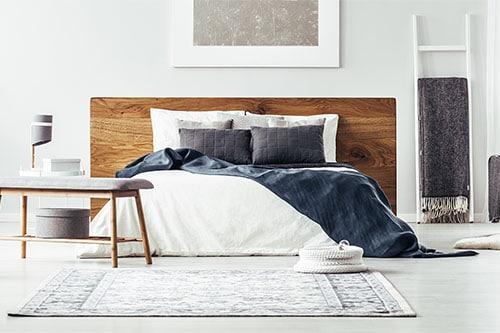 Tagesdecke auf Bett in Schlafzimmer