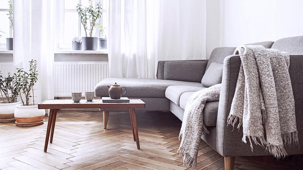 Tagesdecke auf Sofa in Wohnzimmer