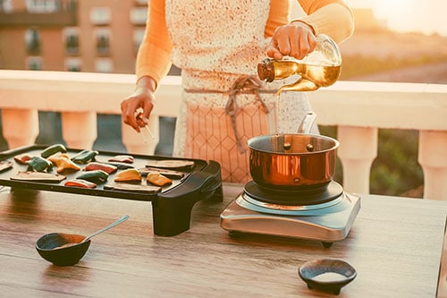 Frau setzt vegetarische Grillideen um