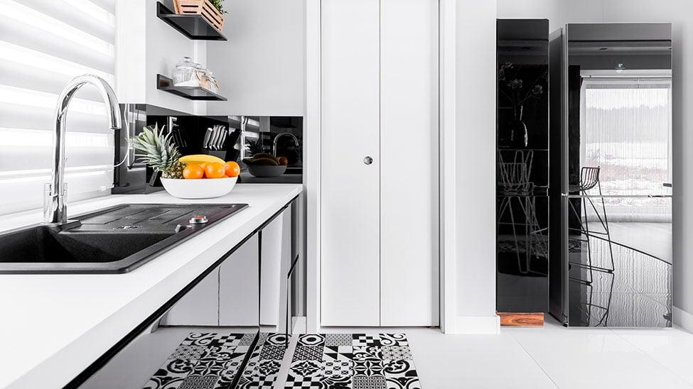 Weiß-schwarze Küche mit Schmutzfangmatte