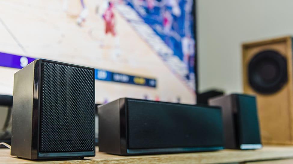 Wohnzimmer Lautsprecher vor Fernseher