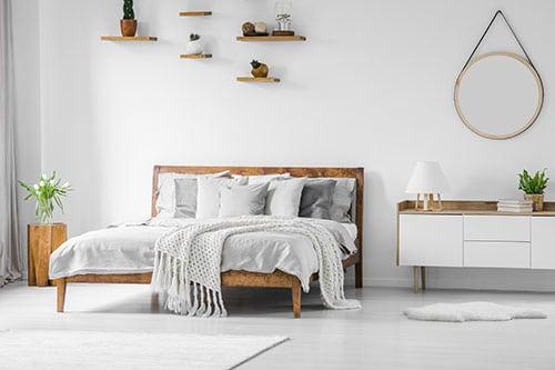 Wolldecke auf Bett im Schlafzimmer