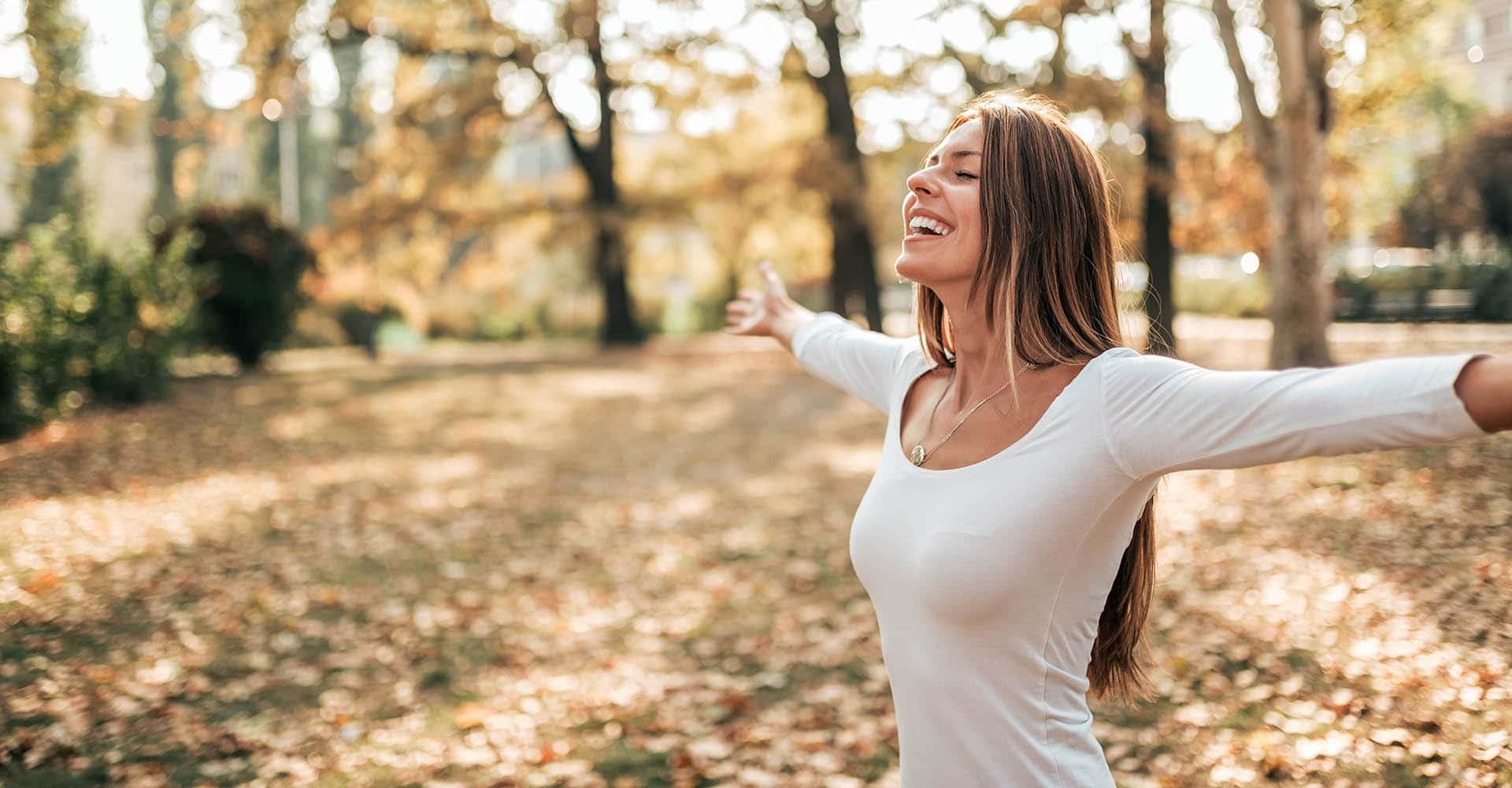 Frau macht Atemübungen im Freien - Atemübungen Tipps 2020
