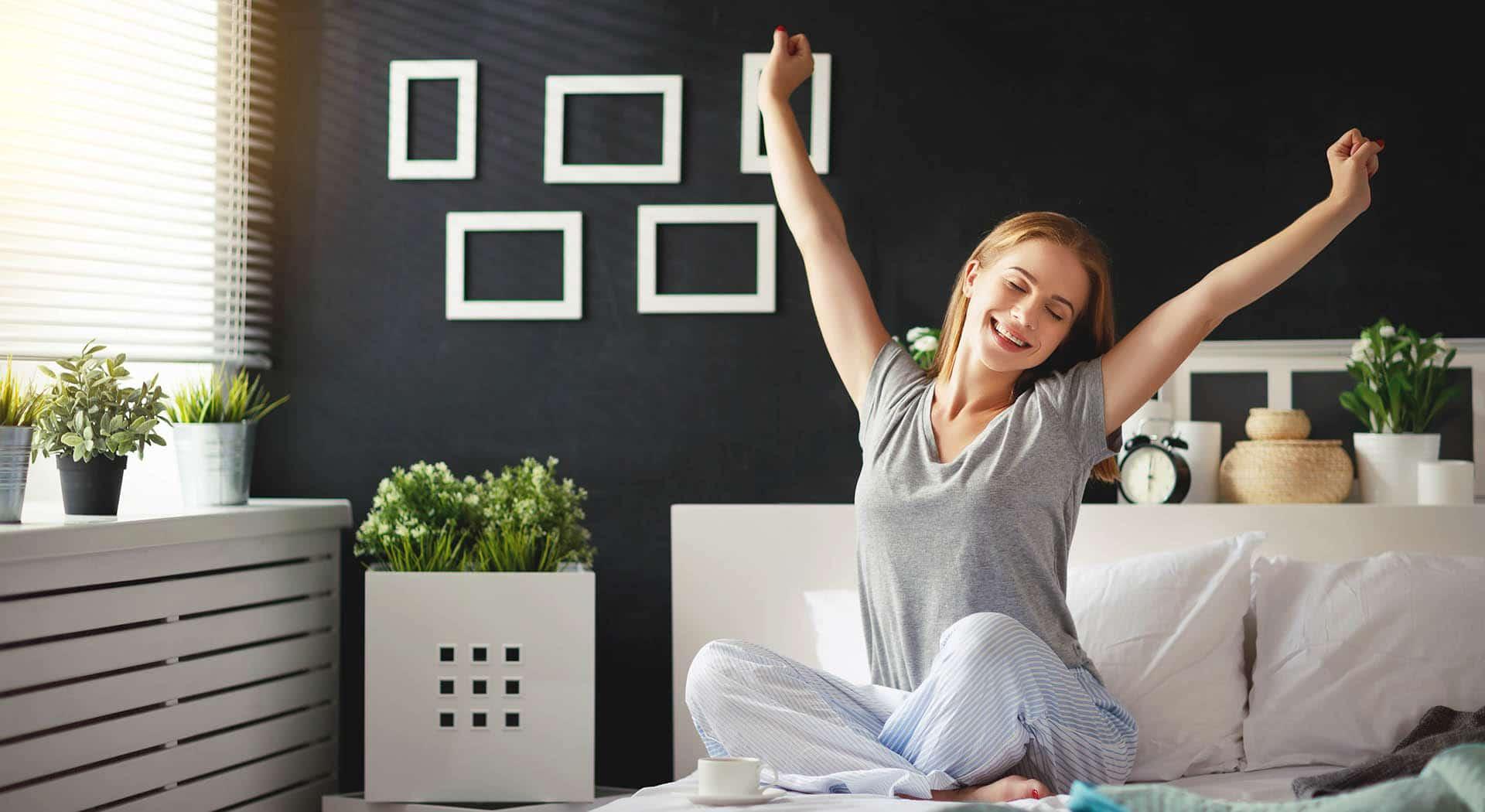Frau schläft besser und wacht glücklich auf