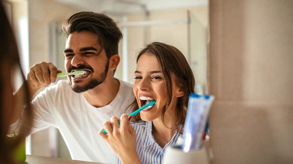 Paar putzt Zähne zusammen für weißere Zähne