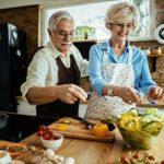 Senioren Paar bereitet cholesterinarme Nahrung zu