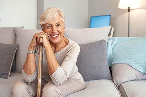 Ältere Frau mit gepflegter Haut