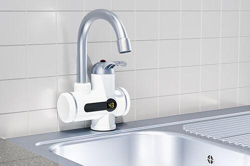 Durchlauferhitzer in Küche an Wasserhahn