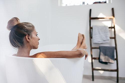 Frau badet in Rosenwasser