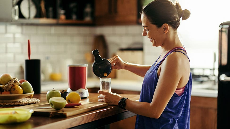Frau macht sich Diät Shake