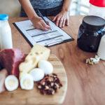 Frau macht sich Notizen zu B-Vitamine