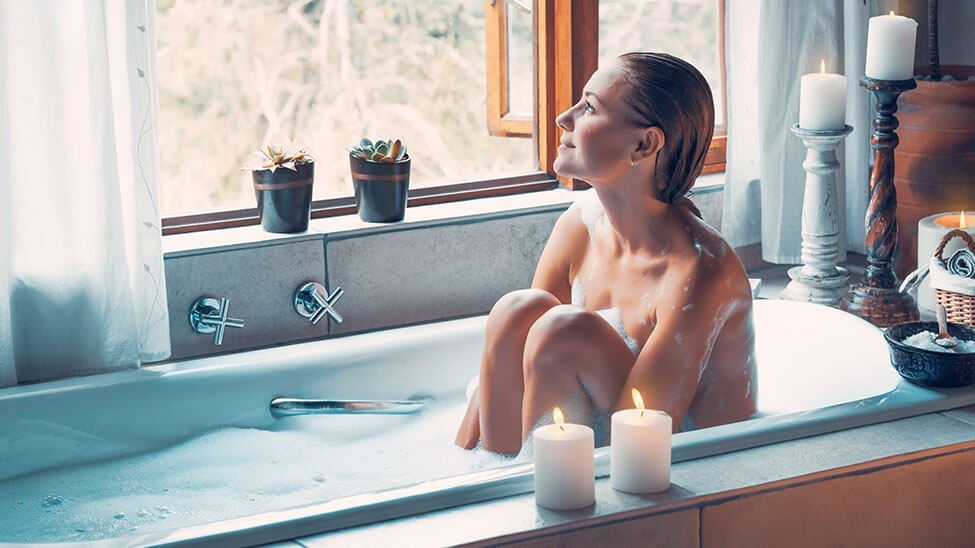 Frau nimmt Bad in Rosenwasser