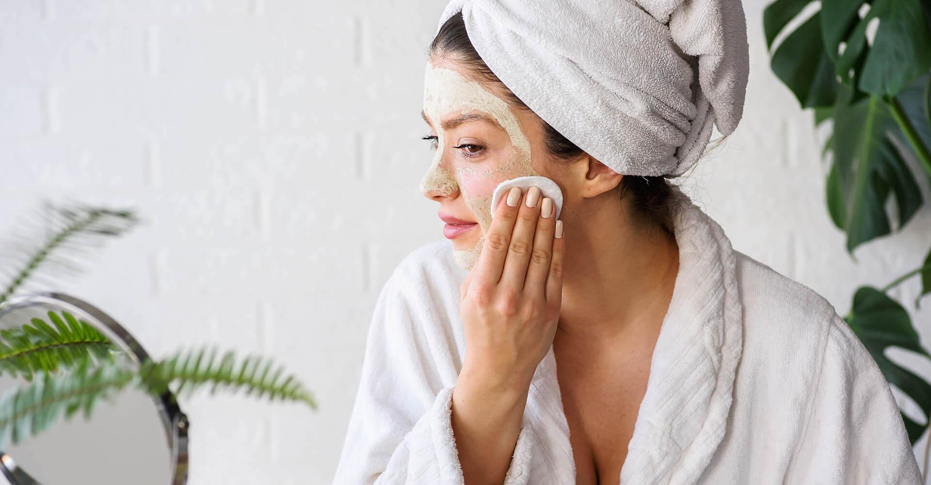 Frau trägt Enzympeeling auf Gesicht auf