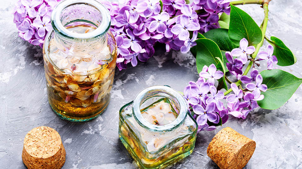 Gläser mit Lavendelöl