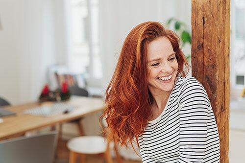 Glückliche Frau lächelt