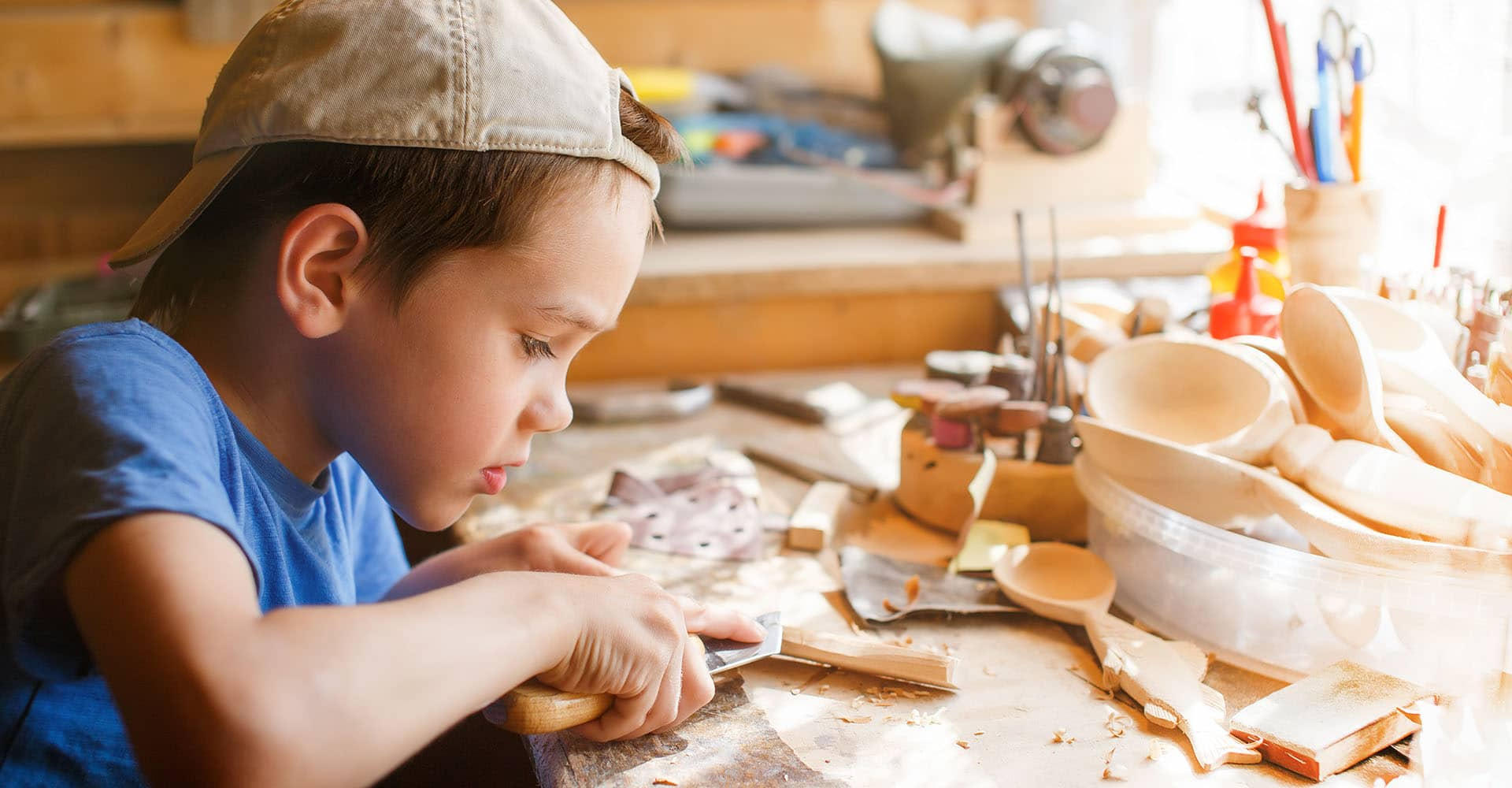 Junge arbeitet an Werkbank für Kinder