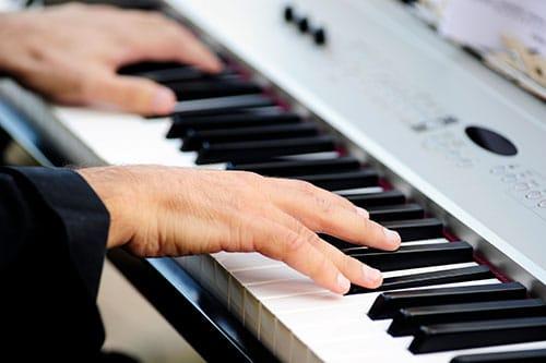 Mann spielt E Piano