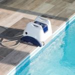 Poolroboter am Poolrand