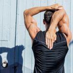 Mann trainiert seine Körperhaltung