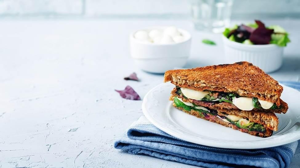 Brot aus Sandwichmaker mit Mozzarella