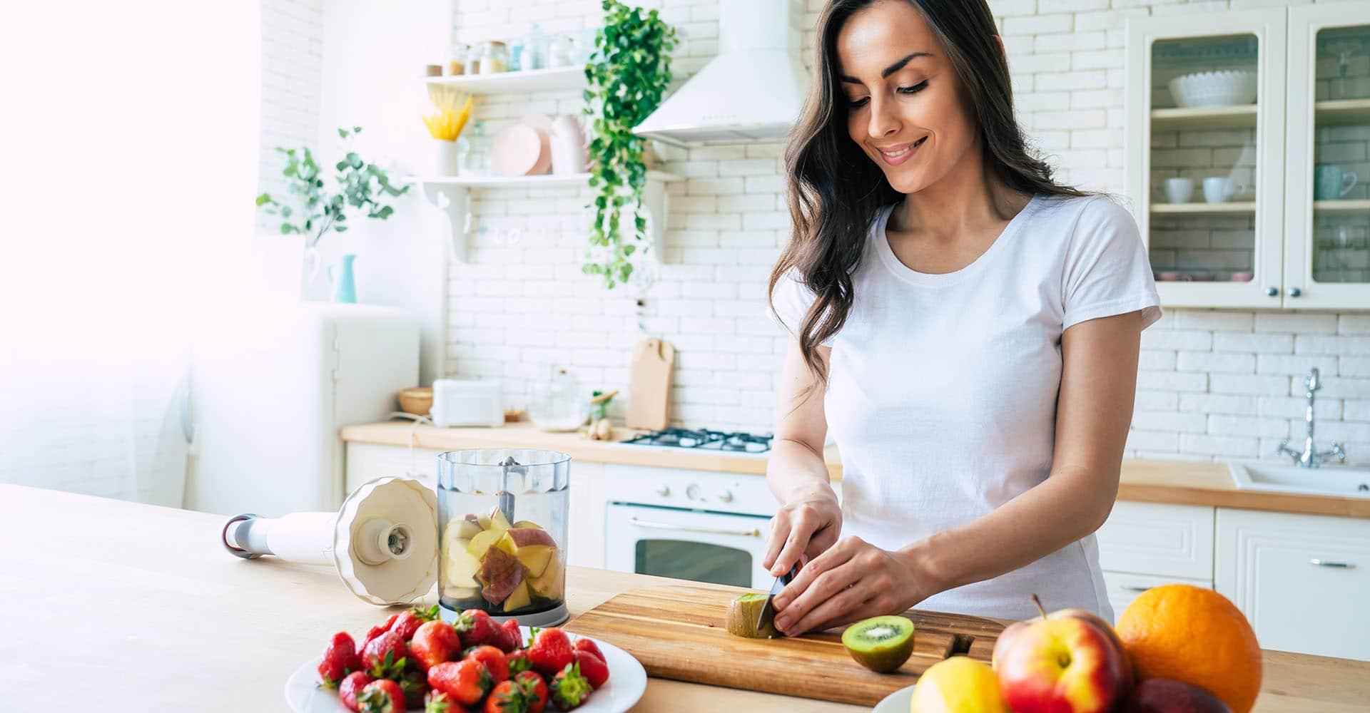 Frau bereitet Obst zur Stärkung ihres Immunsystems zu