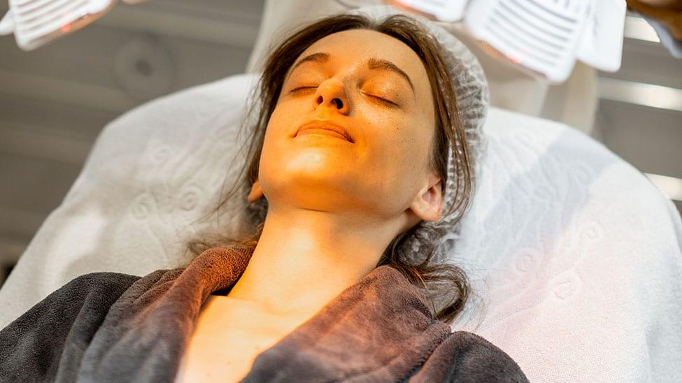 Frau nutzt Lichttherapie Lampe