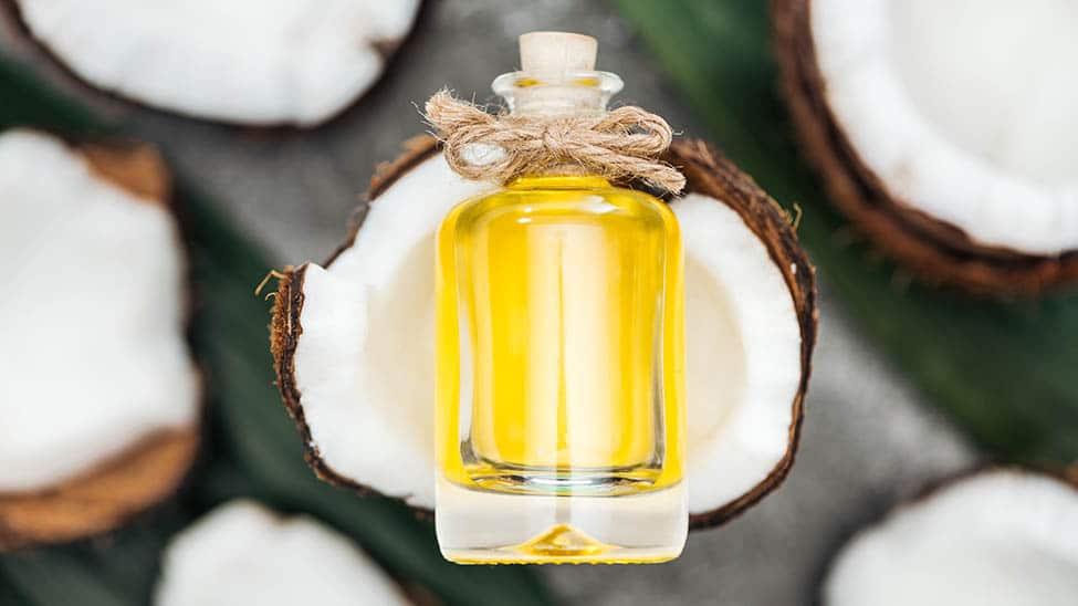 Gelbes Kokosöl vor Kokosnüssen