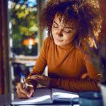 Junge Frau lernt effektiv