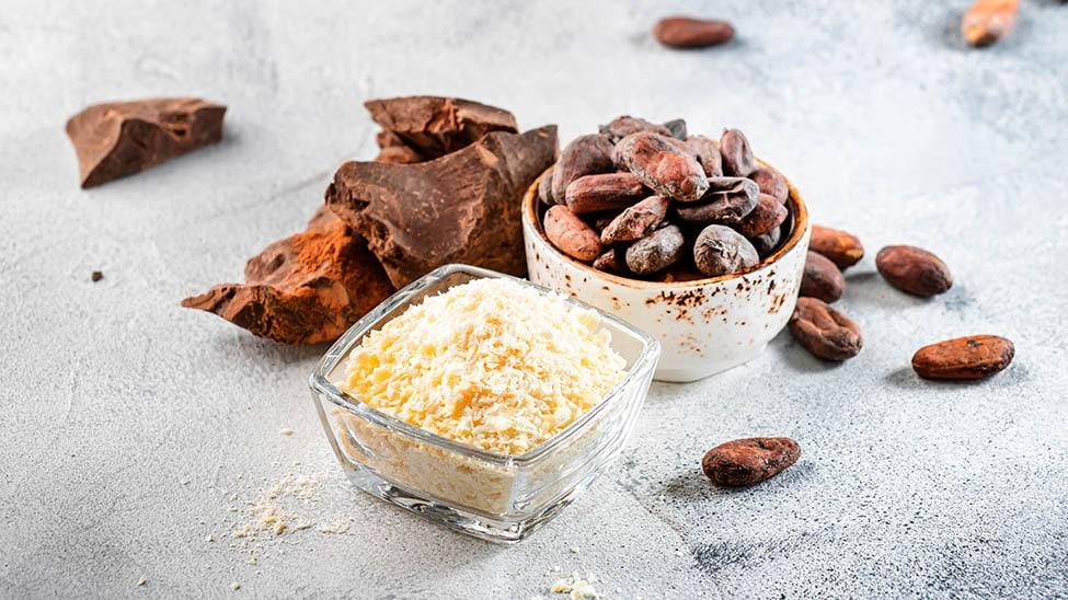 Kakaobutter und Kakaobohnen in Schalen
