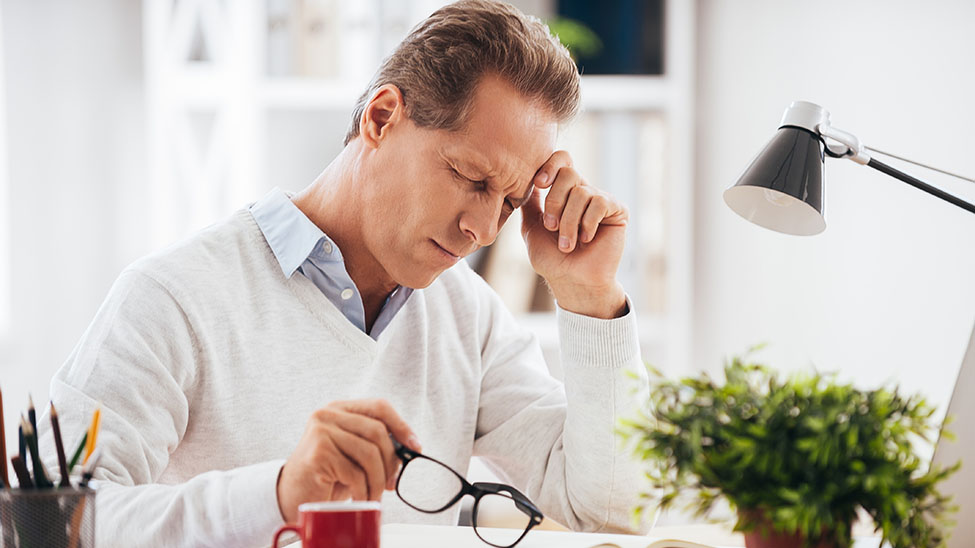 Mann leidet unter Kopfverspannungen