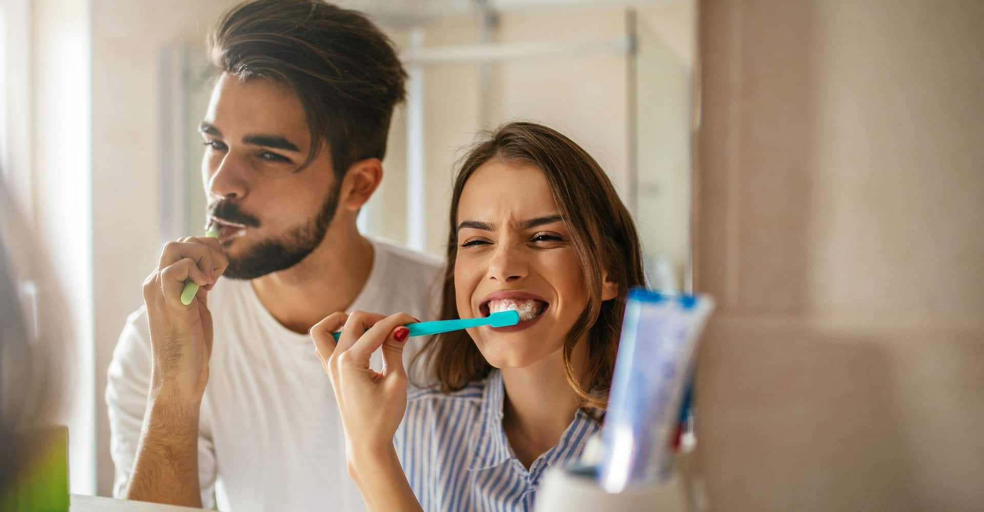 Paar putzt mit Zahnpasta Zähne