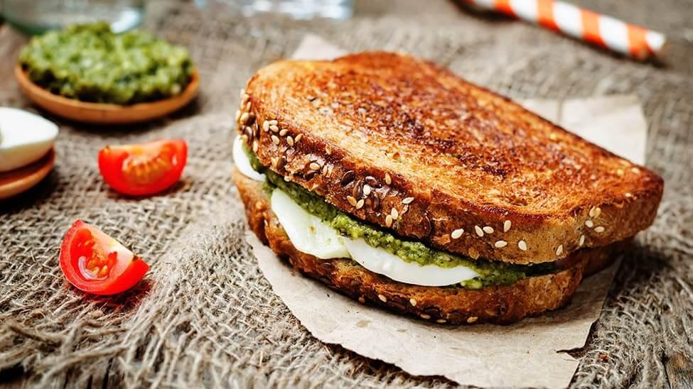 Sandwichmaker-Brot mit Mozzarella und Pesto