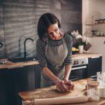 Frau backt Brot in Küche