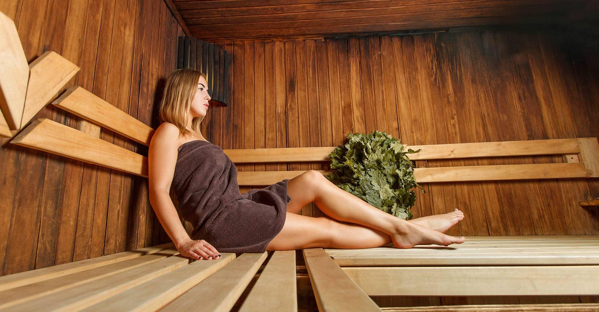 Frau mit braunem Saunatuch in Sauna
