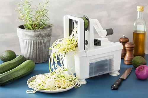 Gemüseschneider mit geschnittenen Zucchini