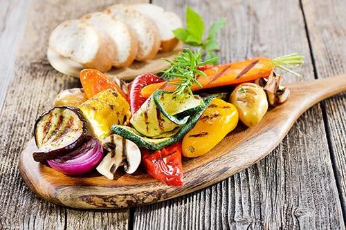 Gegrilltes Gemüse auf Holzteller
