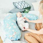 Baby liegt in Schwangerschaftskissen
